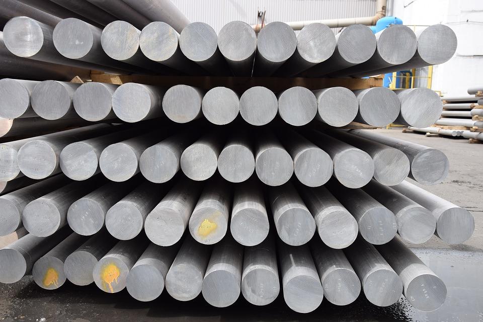 Aluminiumrohre in vier Stapel aufeinander geschichtet.