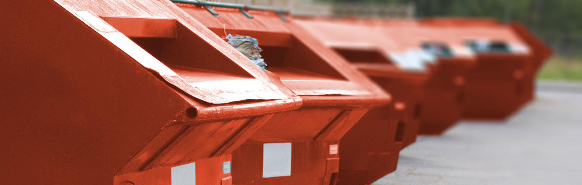 5 rote Container stehen hinterienander und werden in der Weite immer unschärfer.