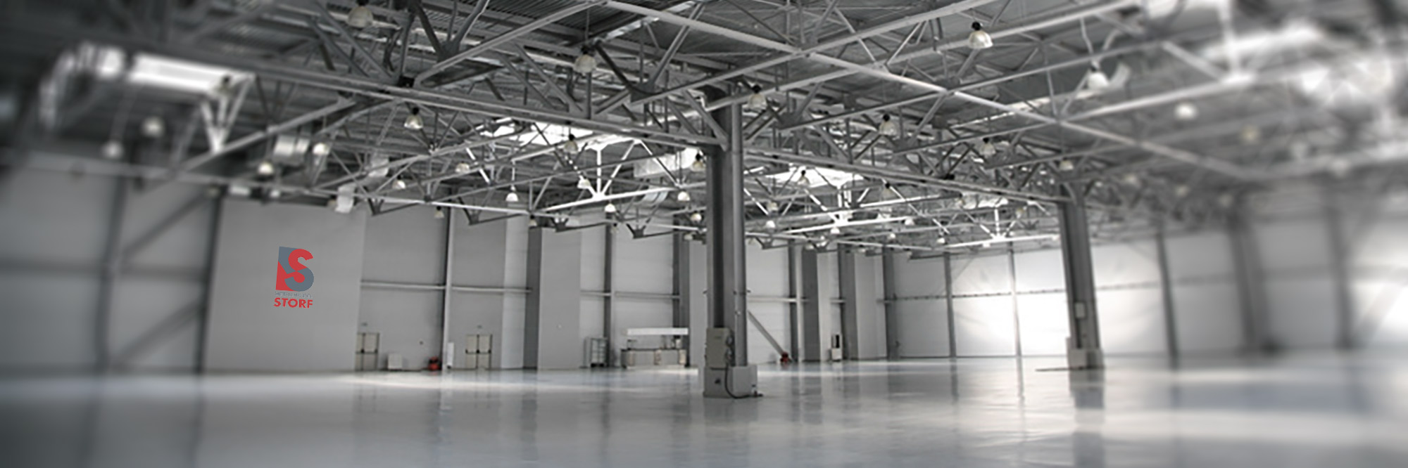 Leere graue Lagerhalle von Metallhandel-Storf.